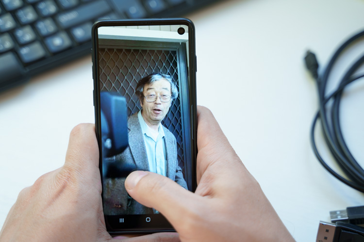 Фото Сатоши Накомото перед репортерами.